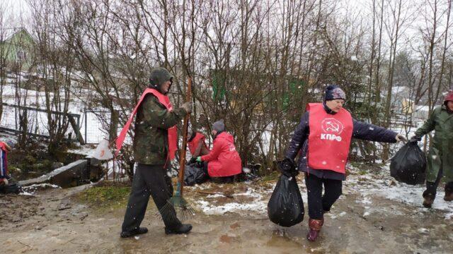 Наведение порядка у родника в садоводческом товариществе Металлург-1 города Пикалево | КПРФ