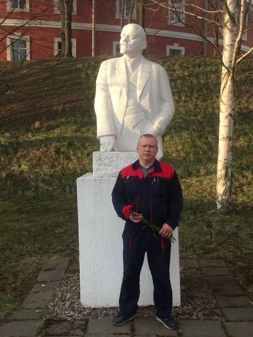 Товарищ Павел Ханукайнен возложил цветы к памятнику Вождю мирового пролетариата | КПРФ